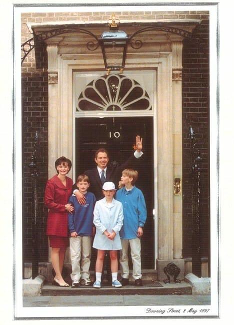 Tony og Cherie Blair i 1997. Julekort foto er taget udenfor Downing Street nummer 10 dagen efter han vandt valget
