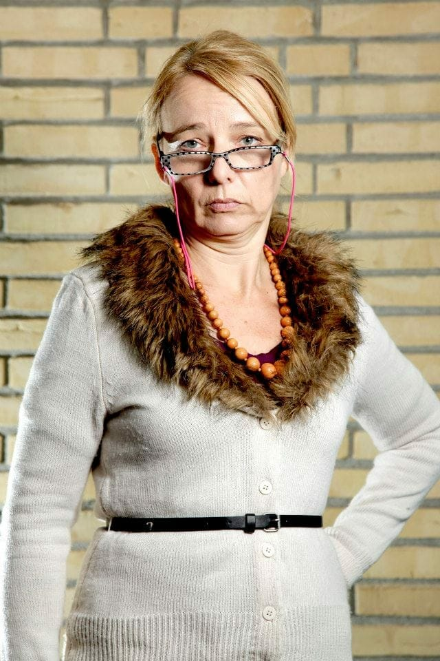 Det her er Grethe Jensen. Hun er mangeårig borgmestersekretær på Givsted Rådhus. Hun har set borgmestre komme og gå, og der skal efterhånden meget til at overraske hende. Hun går op i litteratur og har en lille bogklub sammen med nogle veninder. Hun er mest til halverotiske thrillere men nogle gange bliver det da også til en litterær klassiker eller to.