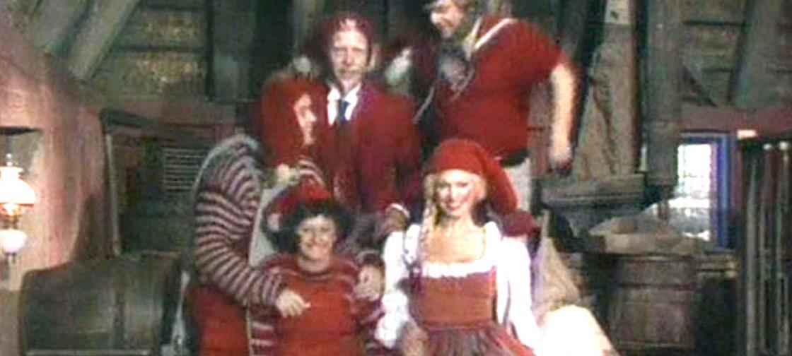 Hr. Mortensen og Lunte tager på hittegodskontoret i håb om, at julemandens gode humør er blevet afleveret dér.