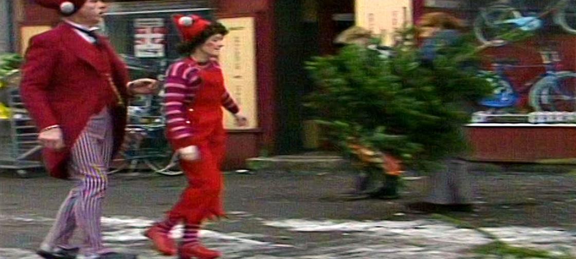 Nissebanden - afsnit 8 Hr. Mortensen elsker orden, rækkefølge og regelmæssighed. Og hvad er vel nærmere en fryd for øjet end et juletræ, der er ens hele vejen rundt? Bliver juletræshandleren forvirret?