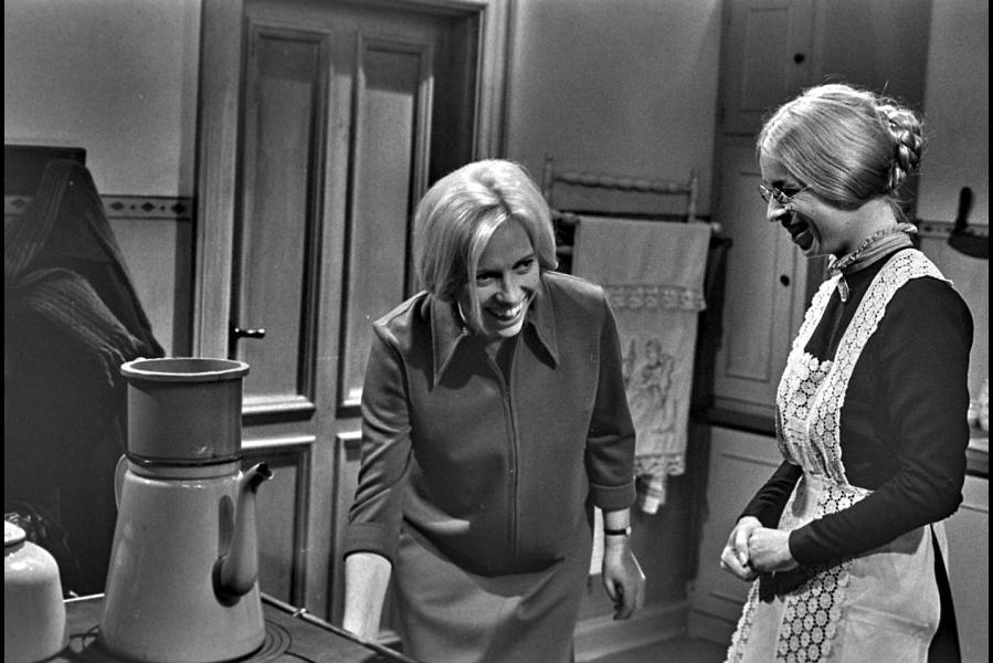 Ingrid Skovgaard og Anne Marie Helger i ledvogterhusets køkken. (Foto: Dr arkiv)