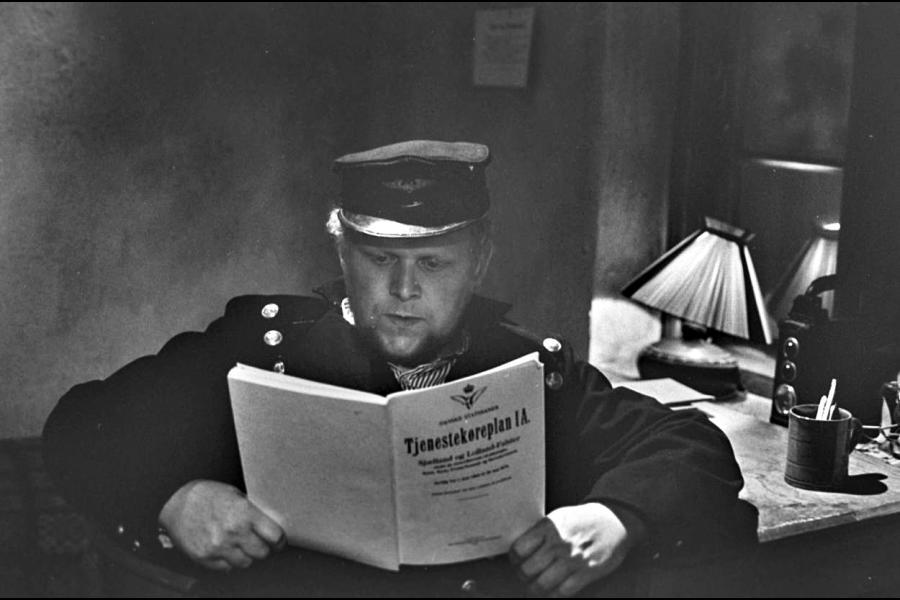 Jens Okking med lidt hyggelæsning. (Foto: Dr arkiv)