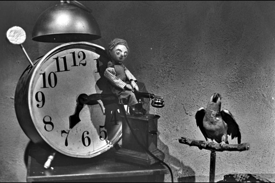 """Parret i ledvogterhuset omgav sig med mange levende dyr. En af dem var en talende papegøje, hvis daglige hilsen, """"Goddag, goddag, tag hatten af"""", blev julemånedens faste replik i 1969. (Foto: Dr arkiv)"""