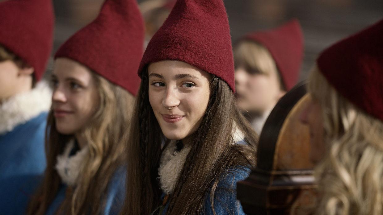 Tinka (spillet af Josephine Højbjerg) kommer ud på et ægte juleeventyr, da hendes nisseamulet ikke skifter farve ved den store ceremoni. Foto: Agnethe Schlichtkrull / TV 2